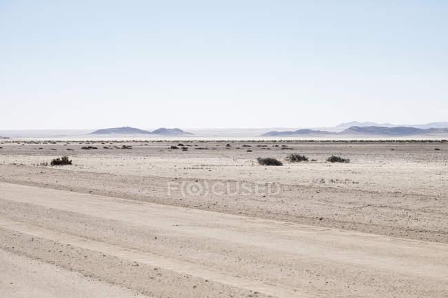 Afrique, Namibie, désert namibien, route de gravier devant le paysage — Photo de stock