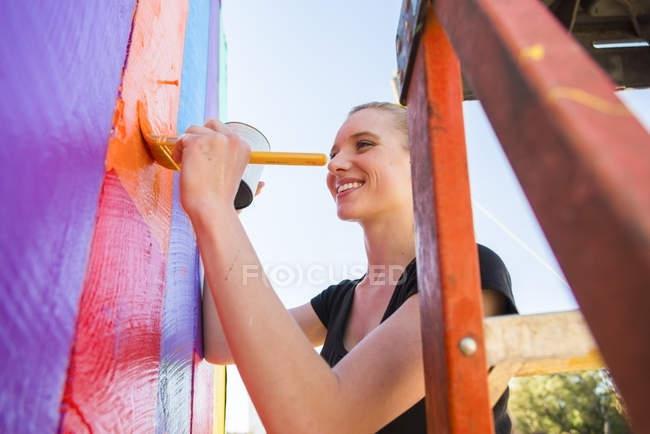 Молодая женщина рисует бары на открытом воздухе — стоковое фото