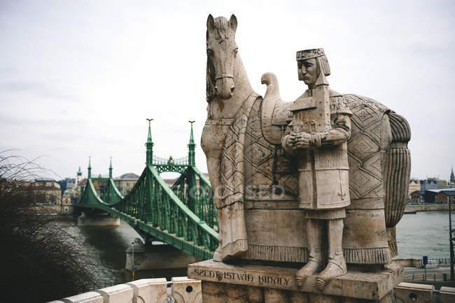 Ungheria, Budapest, Scultura in pietra di Santo Stefano e Ponte della Libertà — Foto stock
