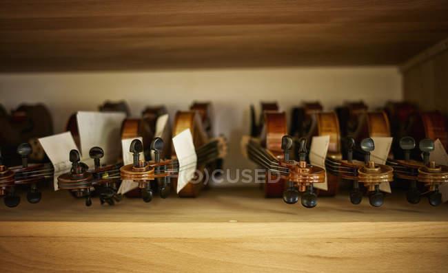 Geigen werden in einer Geigenbauerwerkstatt repariert — Stockfoto