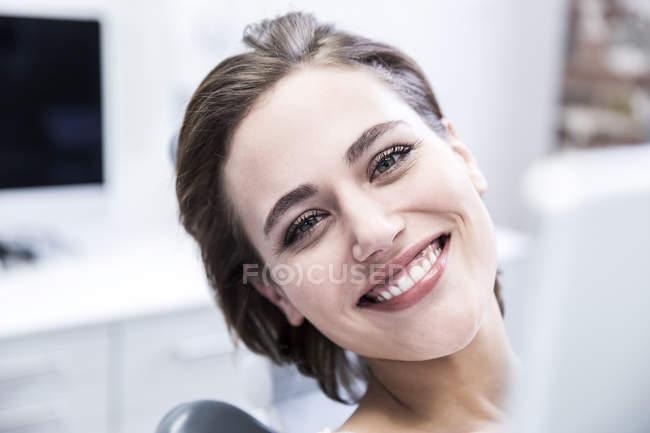 Mulher olhando para a câmera — Fotografia de Stock