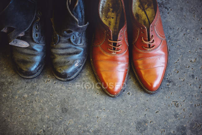 Hungria, Budapeste, sapatos de couro usados no chão — Fotografia de Stock