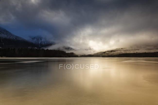 Germany, Bavaria, Lenggries, Bad Toelz Wolfratshausen, frozen Sylvenstein Dam — стоковое фото