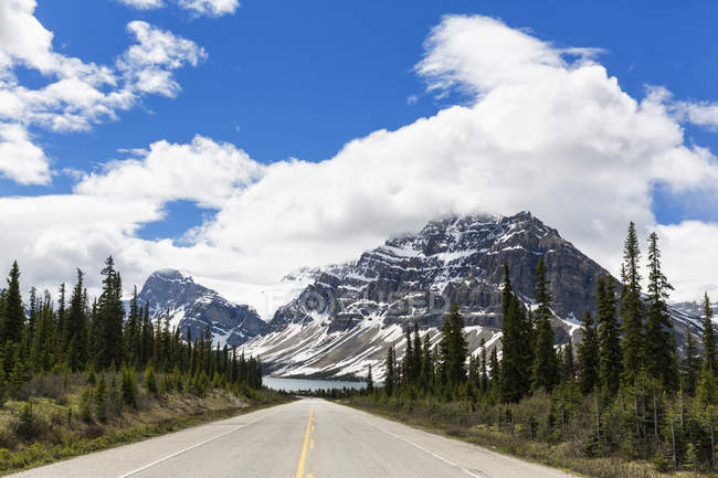 Kanada, Alberta, Banff Nationalpark, Jasper-Nationalpark, Icefields Parkway, Crowfoot Berg und Bow Lake — Stockfoto