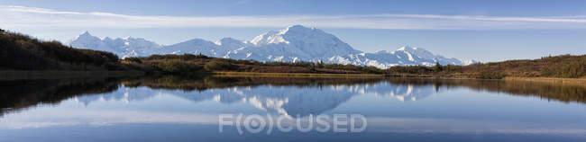 Monte Mckinley e Cordilheira do Alasca com lago no Parque Nacional Denali, Alasca, Estados Unidos da América — Fotografia de Stock
