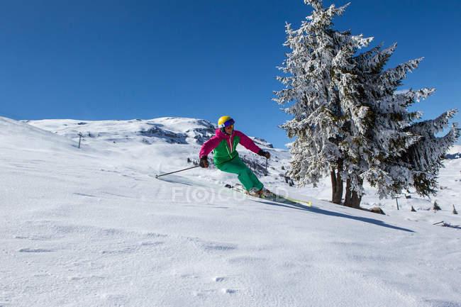Suisse, Grisons, Obersaxen, skieuse ski dans les montagnes — Photo de stock