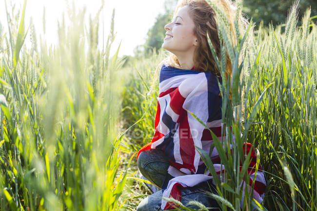 Donna sorridente con Union Jack in natura — Foto stock