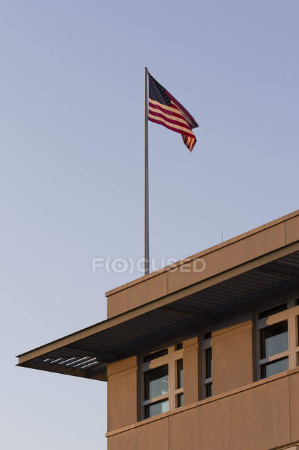 Germany, Berlin, part of facade of US embassy with American flag — Stock Photo