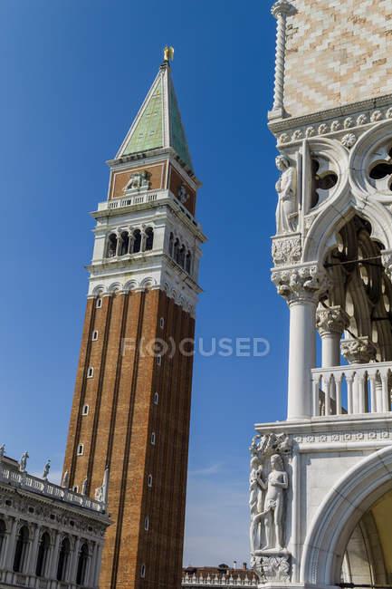 Italia, Venezia, Palazzo Ducale e il Campanile di San Marco vista dal basso — Foto stock