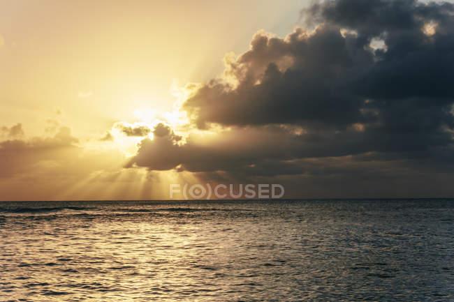 États-Unis, Hawaï, Oahu, Coucher de soleil avec des rayons lumineux sur la mer — Photo de stock
