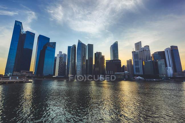 Cingapura paisagem urbana na hora do pôr do sol — Fotografia de Stock