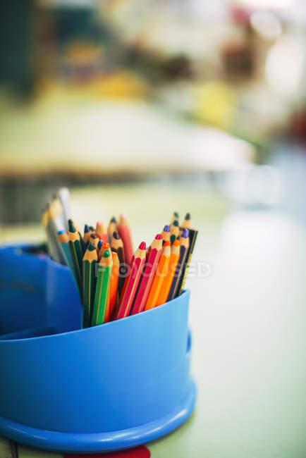 Matite a colori in un portapenne — Foto stock