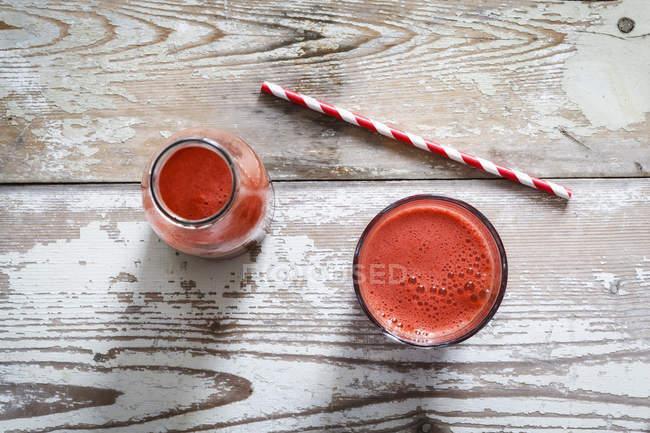 Roter Gemüsesaft auf schäbiger Holzoberfläche — Stockfoto