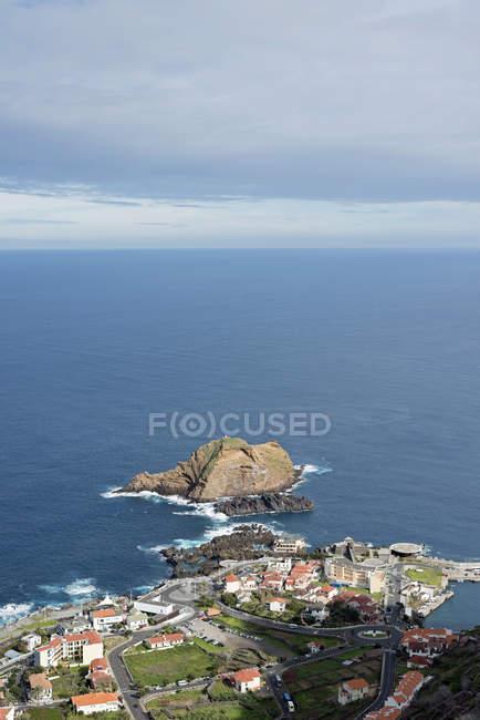 Portugal, Madeira, Porto Moniz e vista da aldeia de smal na praia durante o dia — Fotografia de Stock
