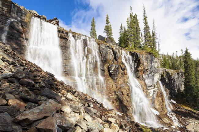 Канада, Британская Колумбия, парк Йо, семь водопадов у скал в лучах солнца — стоковое фото