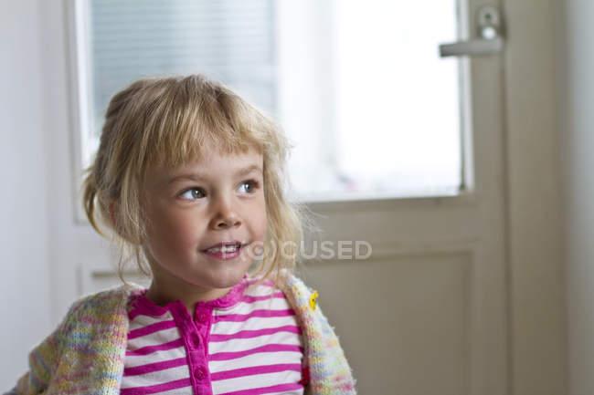 Ritratto di bambina che sogna ad occhi aperti guardando lateralmente — Foto stock