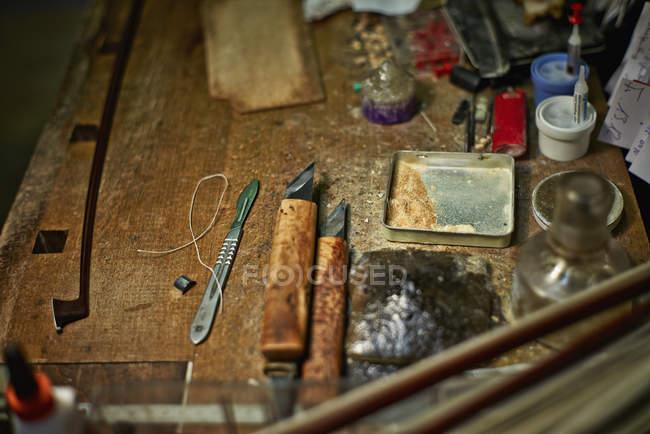 Ferramentas na oficina de um fabricante de violino — Fotografia de Stock