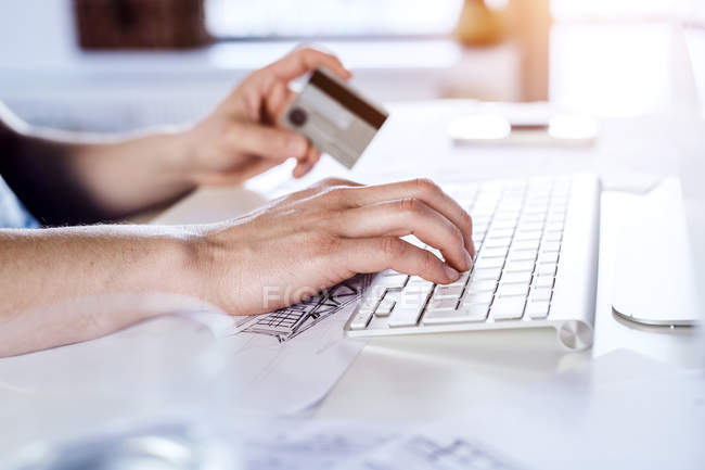 Man making online payment with credit card — Stock Photo