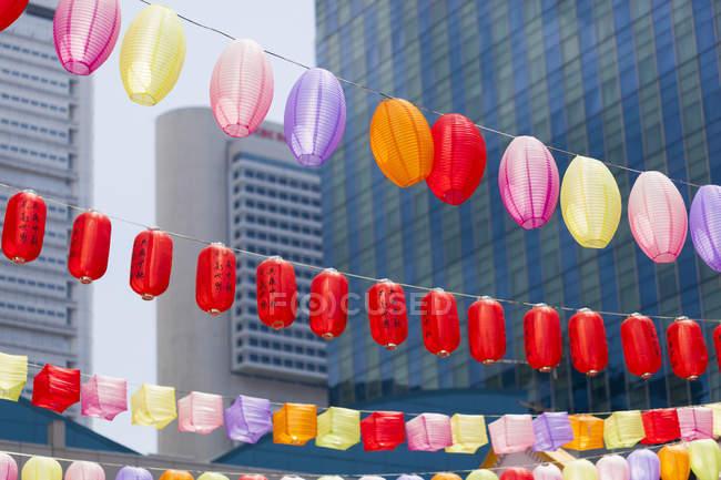 Singapur, Linternas en Chinatown durante el día - foto de stock