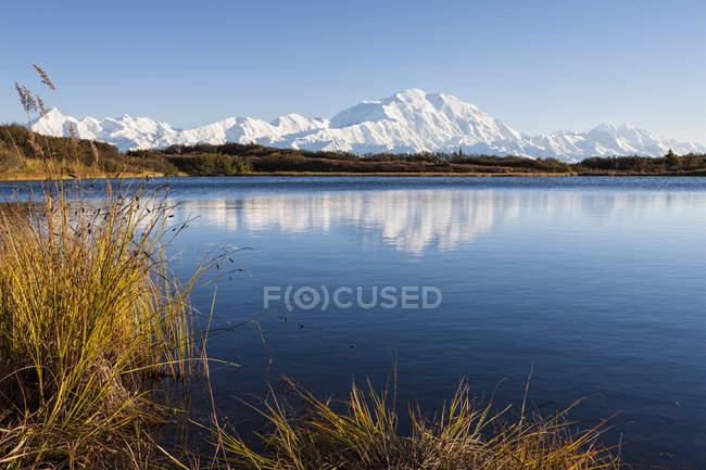 Monte Mckinley y maravilla de lago en el Parque Nacional de Denali en otoño, Alaska, Estados Unidos - foto de stock