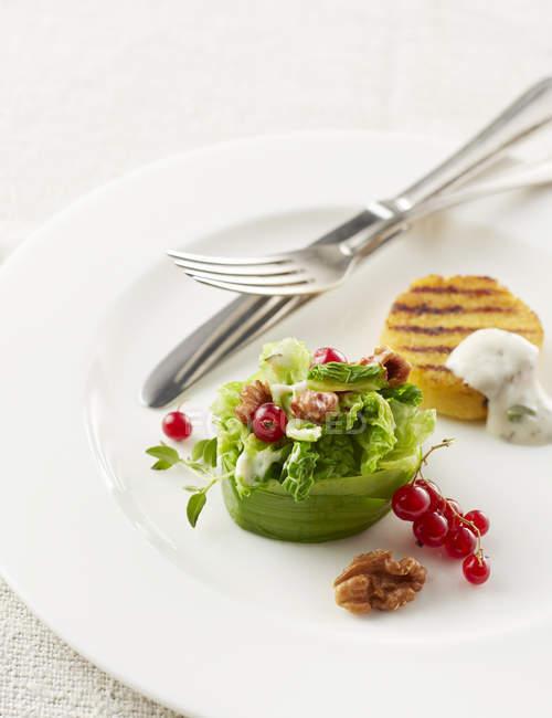 Транжирить картофель с салатом на белом фоне с столовые приборы — стоковое фото