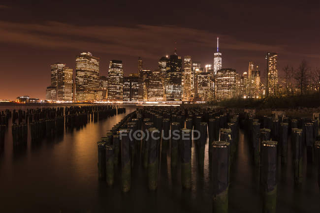 Vue de Brooklyn à Manhattan la nuit, New York, USA — Photo de stock