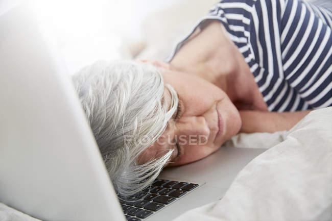 Mulher exausta, dormindo no laptop — Fotografia de Stock