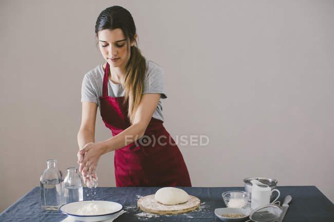 Жінка готує домашній хліб на стіл — стокове фото