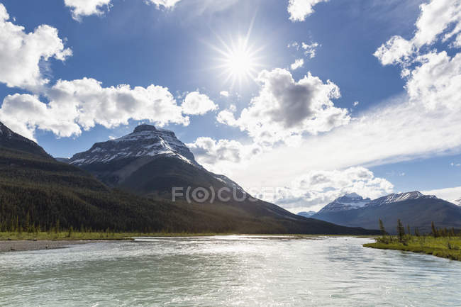 Canada, Alberta, Jasper National Park, Banff National Park, Icefields Parkway, river in sunlight — Stock Photo