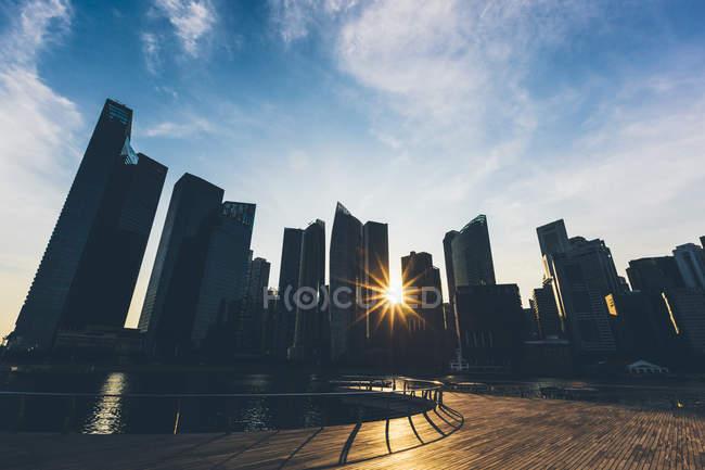 Singapur, Marina Bay edificios del distrito al atardecer - foto de stock