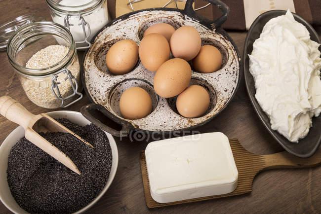 Ingredientes para hornear pastel de semillas de amapola en mesa de madera - foto de stock