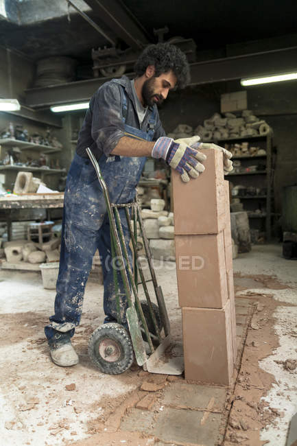 Діяч мистецтв ливарне підготовки шамотний форми — стокове фото
