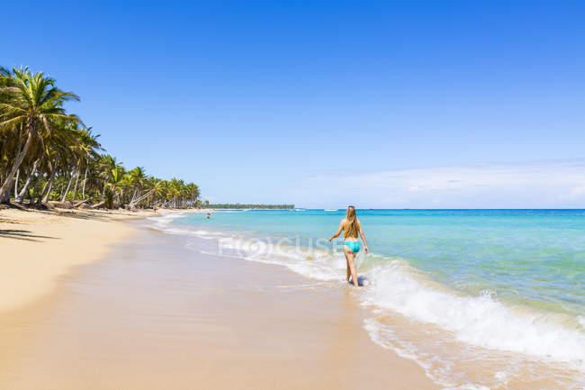 República Dominicana, jovem mulher andando praia tropical — Fotografia de Stock