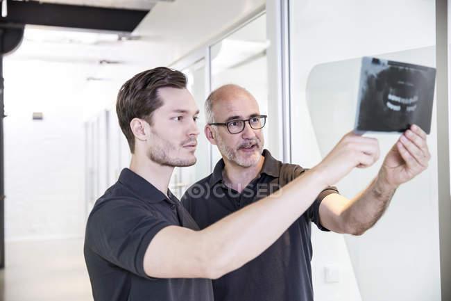 Денисты смотрят на рентгеновские снимки — стоковое фото