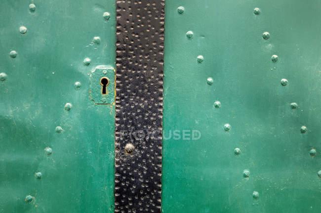 Вид на зеленую дверь на дом, крупный план — стоковое фото