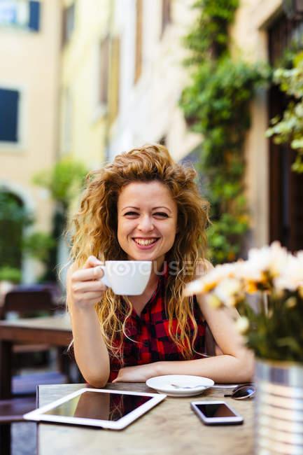 Ritratto di donna sorridente al caffè all'aperto — Foto stock
