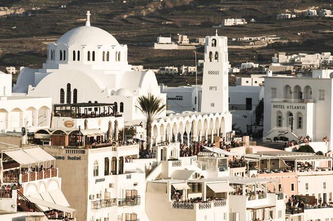 Grèce, Cyclades, Santorini, Thera, touristes sur terrasses de coucher du soleil — Photo de stock
