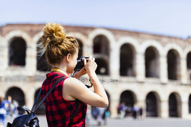 Italy, Verona, woman taking picture of Verona Arena — Stock Photo