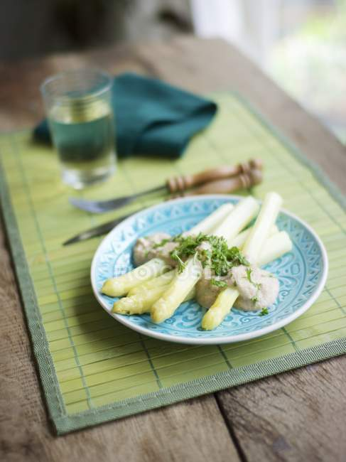 Asperges blanches avec sauce crème de noix de cajou, garnie de persil haché — Photo de stock