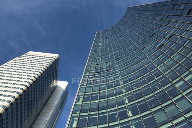 Fachadas de Skyper y Torre de plata en Bahnhofsviertel, Frankfurt, Alemania - foto de stock