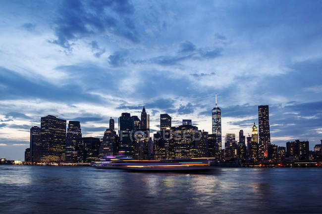 EUA, Nova York, vista do Brooklyn ao horizonte de Manhattan e East River no crepúsculo da noite — Fotografia de Stock