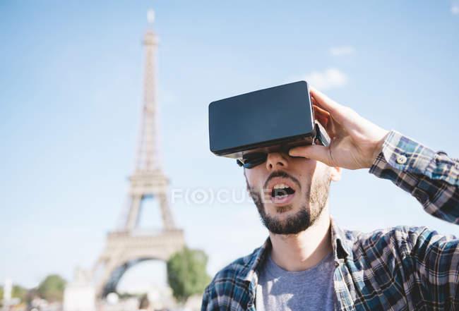 Francia, Parigi, uomo che viaggia a Parigi tramite occhiali di realtà virtuale — Foto stock