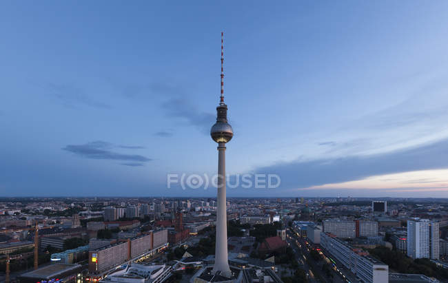 Germania, paesaggio urbano di Berlino, Berlino Torre della televisione, la sera — Foto stock