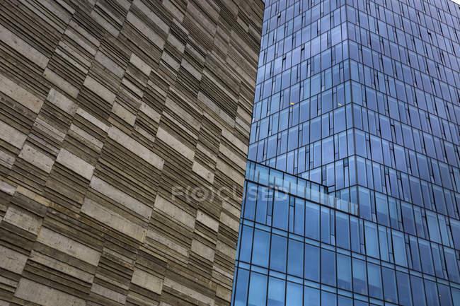 Fachada de edificio de oficinas, vista parcial - foto de stock