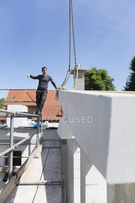 Costruzione di una casa residenziale, montaggio del tetto — Foto stock