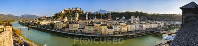 Австрія, Зальцбург, панорамний міський пейзаж з річки Зальцах — стокове фото