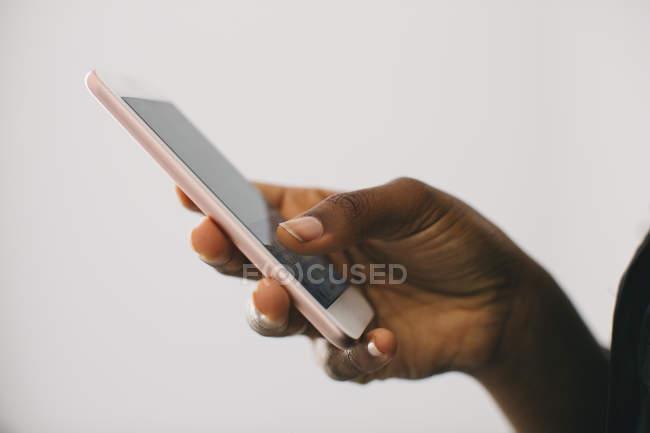 Nahaufnahme einer weiblichen Hand, die ein Smartphone hält — Stockfoto