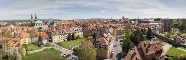 Cechia, Cheb, centro storico con la Chiesa di St Nicolas durante il giorno — Foto stock