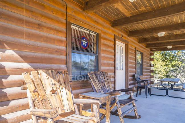 EUA, Texas, varanda de uma casa de madeira com cadeiras de madeira — Fotografia de Stock