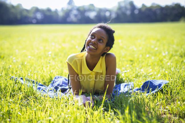 Портрет щасливі молода жінка розслабляючий на луг — стокове фото